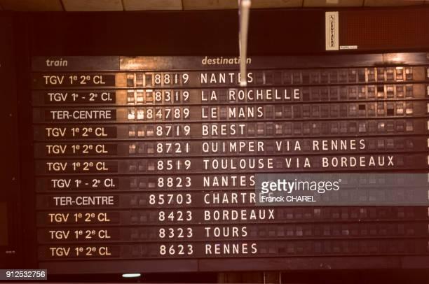 Tableau d'affichage des departs de trains dans le hall de la gare Montparnasse a Paris France