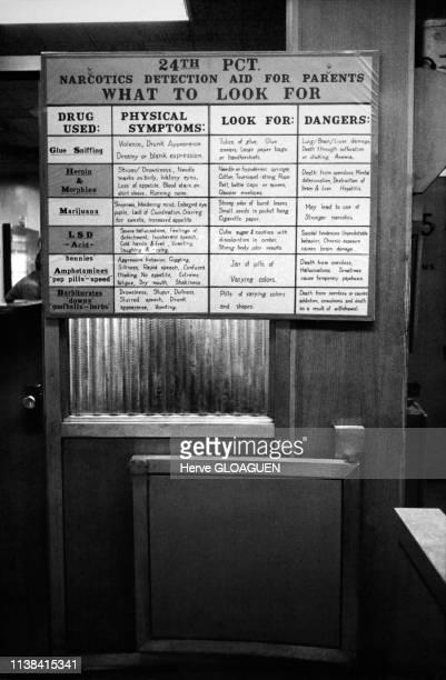 Tableau d'information sur les drogues dans un commissariat de police de New York, Etats-Unis.