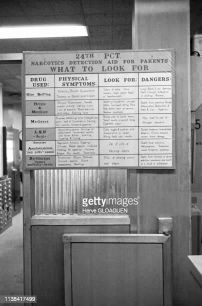 Tableau d'information sur les drogues dans un commissariat de police de la 24th Street à New York, Etats-Unis, 1970.