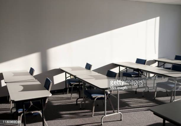 tables and chairs in a college classroom - north carolina amerikaanse staat stockfoto's en -beelden