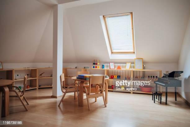 tische und stühle im modernen kindergarten - kindergarten stock-fotos und bilder