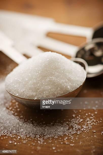 Cucchiaio pieno di zucchero semolato
