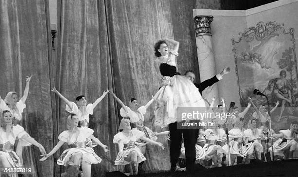 Tabody Clara Actor Hungary * with Franz Heigl and the ballett dancers in a scene of the opra 'Maske in Blau' by Heinz Hentschke Music Fred Raymond...