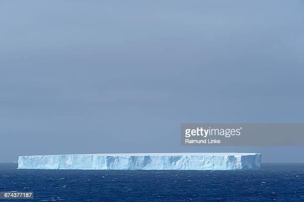 tabular iceberg - antarctic sound fotografías e imágenes de stock