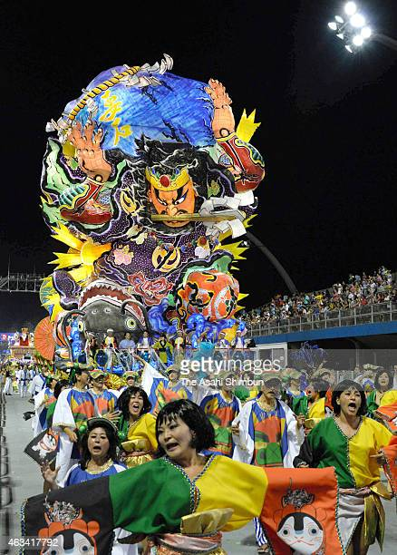 A 'tachineputa' float from Goshogawara city marches on with samba dancers during the Rio de Janeiro Carnival on February 14 2015 in Rio de Janeiro...