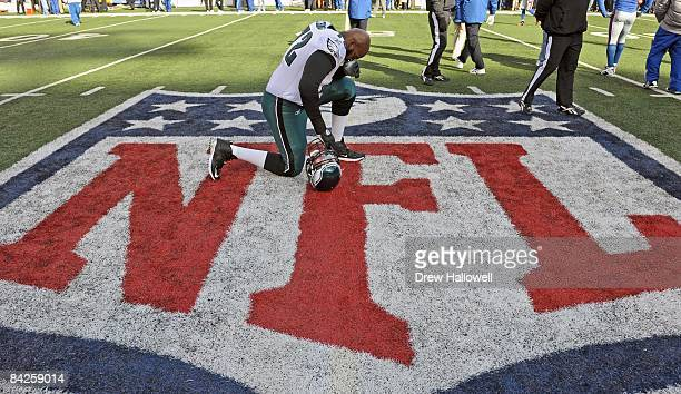 Tackle Tra Thomas of the Philadelphia Eagles takes a knee before the game against the New York Giants on January 11 2009 at Giants Stadium in East...