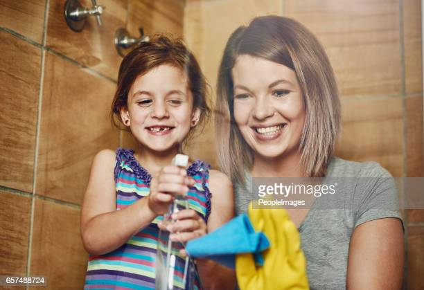 s'attaquer aux tâches ménagères comme une équipe de mère en fille - fille sous la douche photos et images de collection