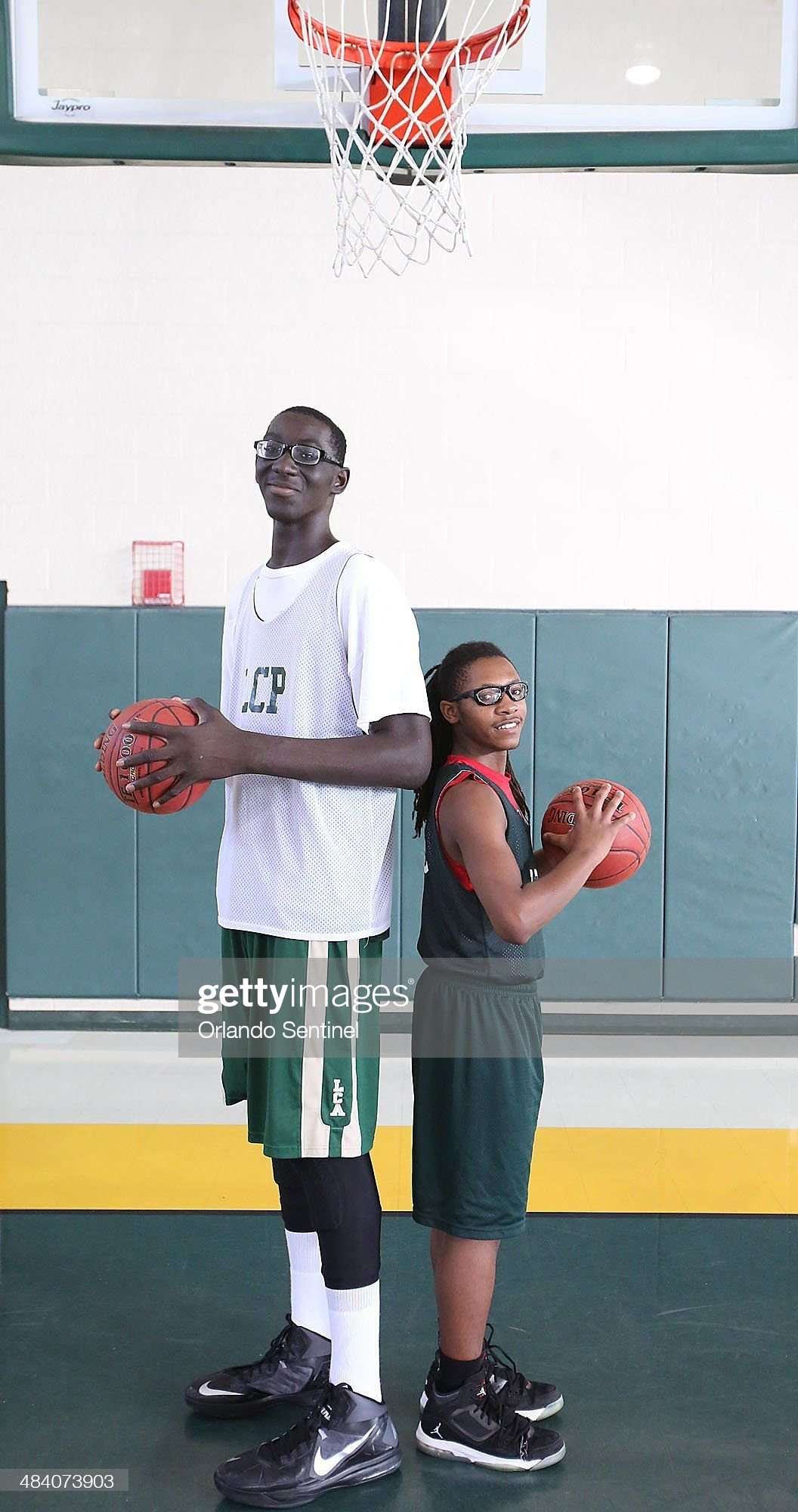 ¿Cuánto mide Tacko Fall? - Real height Tacko-fall-is-a-7-4-tall-basketball-player-at-liberty-christian-prep-picture-id484073903?s=2048x2048