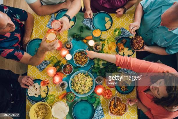 estilos de med comida mexicana tex de taco con amigos cenando - cultura mexicana fotografías e imágenes de stock