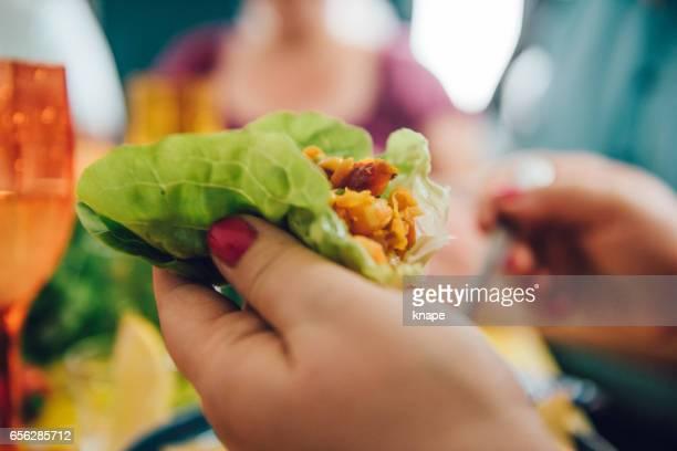 estilos de med comida mexicana tex de taco con amigos cenando - aperitivo plato de comida fotografías e imágenes de stock