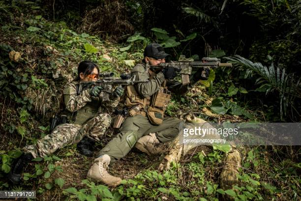 tactical military airsoft soldiers in jungle - air soft gun foto e immagini stock