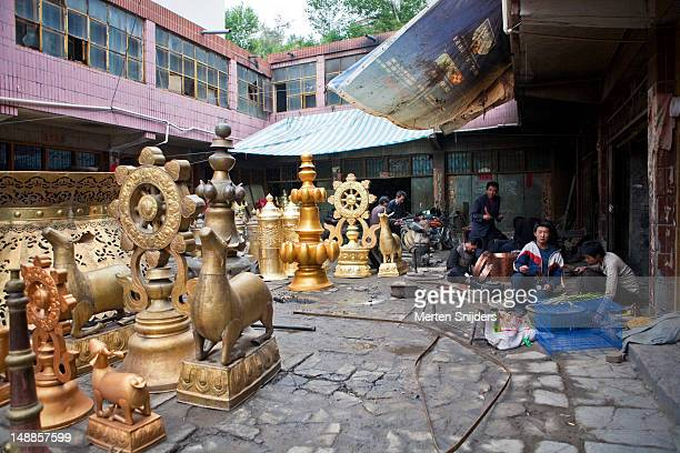 taer temple artisans and crafts in workshop courtyard. - merten snijders 個照片及圖片檔