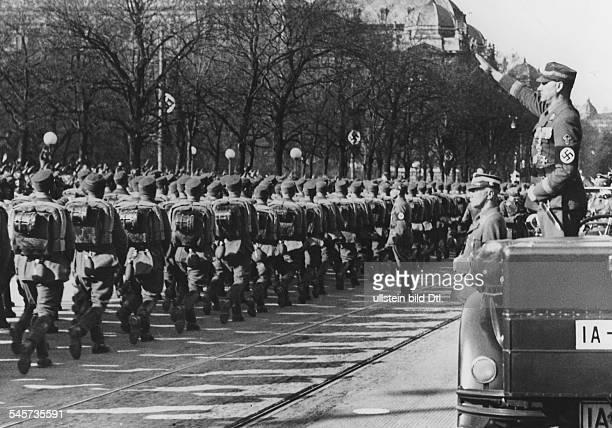 `Tag der Legion' in Wien SAStabschefViktor Lutze nimmt amBurgtheater den Vorbeimarsch ab vordem Wagen der Führer der LegionObergruppenführer Hermann...