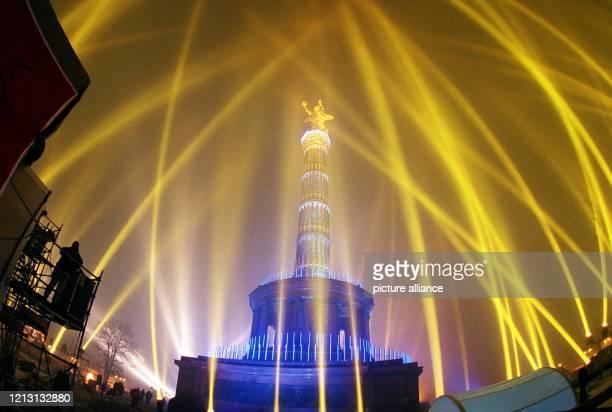 """Taghell erleuchtet ist die Berliner Siegessäule am frühen Morgen des 1.1.2000: Die Lichtshow """"Art in Heaven"""" tauchte das Wahrzeichen in eine..."""
