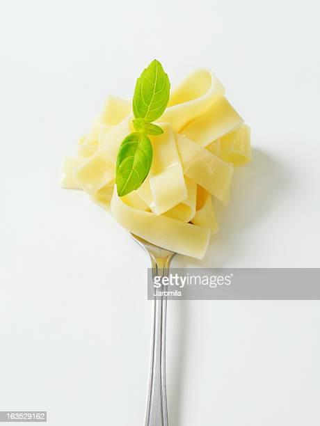 tagliatelle en un tenedor