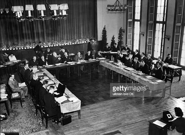 Tagung der Hohen Kommissare imHauptquartier der französischenMilitärregierung in Berlin Blick in denVerhandlungsraum links die britischeDelegation...