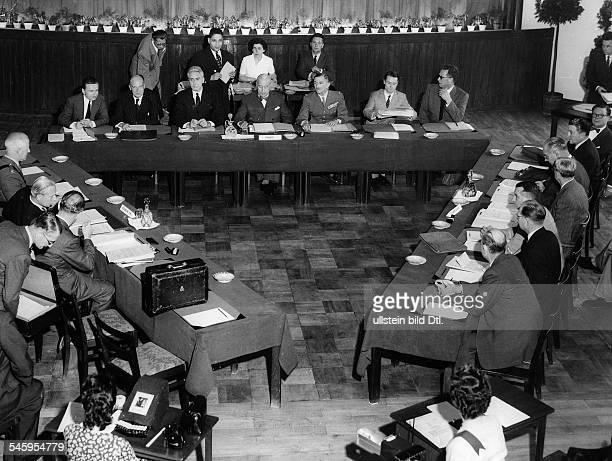Tagung der Hohen Kommissare inBerlinBlick in den Konferenzraum während derSitzung links die britische Delegationmit Sir Ivone Kirkpatrick in der...
