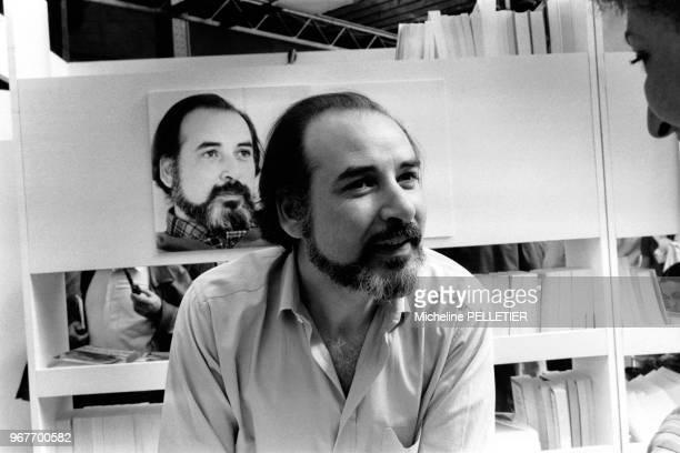 Tahar Ben Jelloun rencontre le public lors d'un salon littéraire le 17 avril 1983 à Paris France