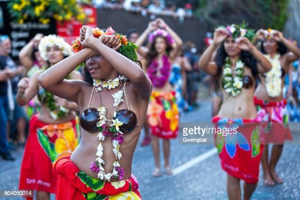 tahitian bailarines en el carnaval de boucan grand - isla reunion fotografías e imágenes de stock
