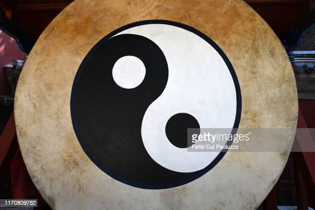 taichi symbol yin and yang - 陰 ストックフォトと画像