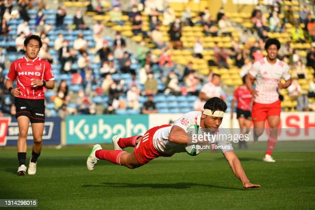 Taichi Takahashi of the Toyota Verblitz scores his side's seventh try during the Top League playoff tournament 2nd round between Toyota Verblitz and...