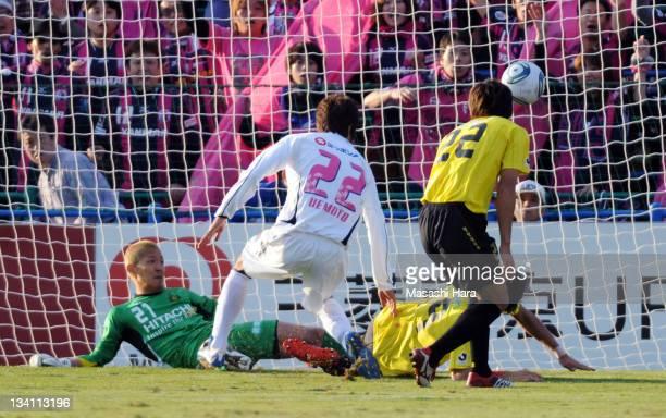 Taikai Uemoto scores the opening goal during the J.League match between Kashiwa Reysol and Cerezo Osaka at Hitachi Kashiwa Soccer Stadium on November...