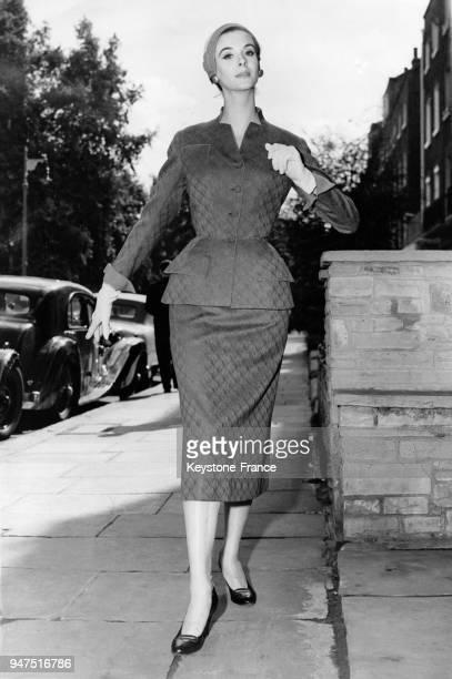 Tailleur taille cintrée et jupe longue crayon collection automne Londres le 13 septembre 1995