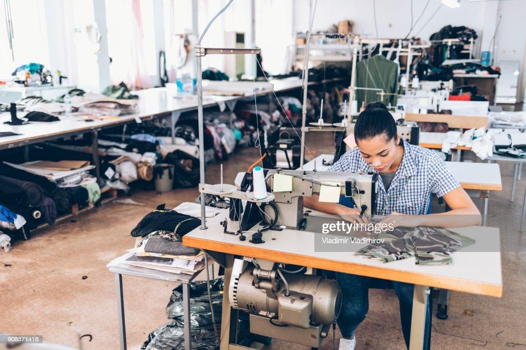 テーラーと漢服工場の労働者 : ストックフォト