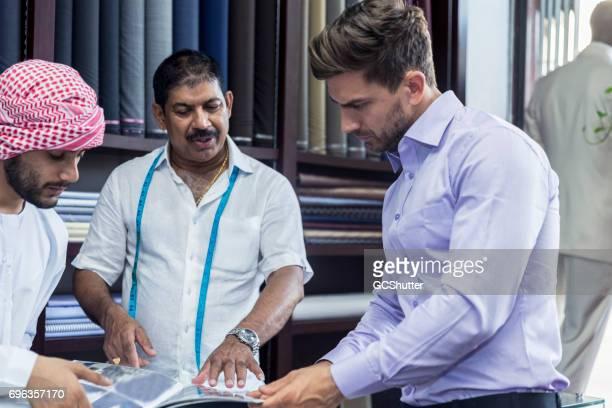 schneider zeigt seinen kunden einen katalog der entwürfe, die er für sie tun können - bahrain stock-fotos und bilder