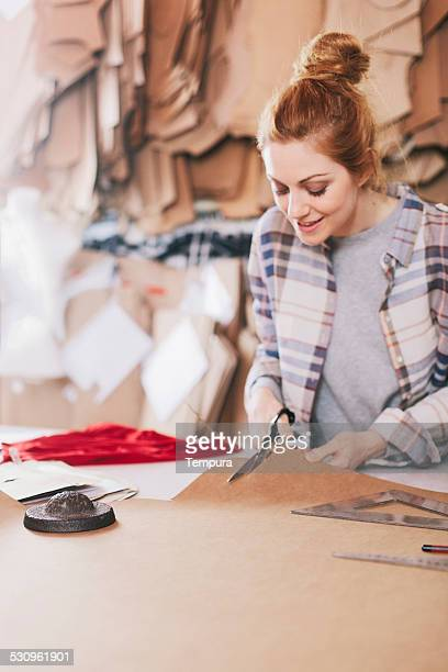 Adaptar estudio, diseñadora de moda en el trabajo.