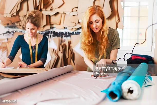 Maßgeschneiderte studio fashion designers at work.