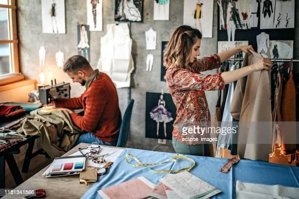 新しいモデルに取り組む仕立て屋 - 裁縫道具 ストックフォトと画像