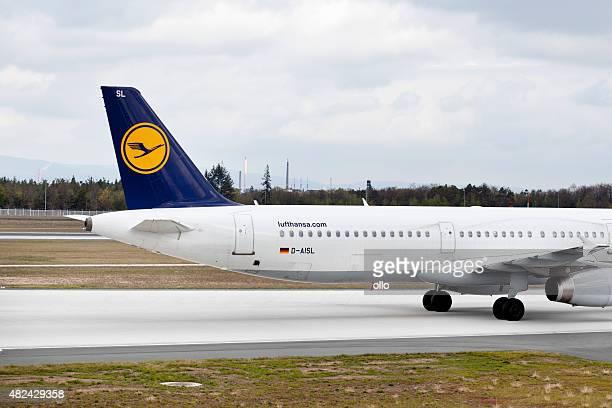 schlussteil von lufthansa airbus - flugzeugheck stock-fotos und bilder