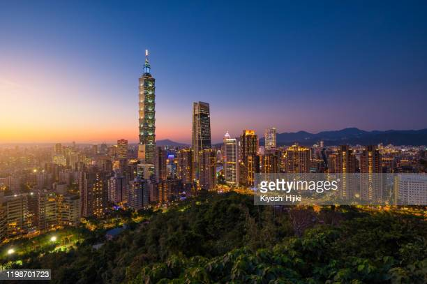 taipei city skyline view from elephant mountain at dawn - taiwan stock pictures, royalty-free photos & images
