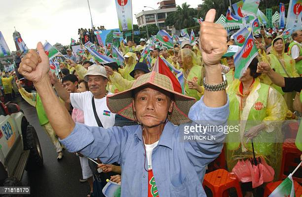 Taiwanese pro-independence protestor gives thumbs up while others rally behind him outside the Presidential Office in Taipei, 08 September 2006, to...
