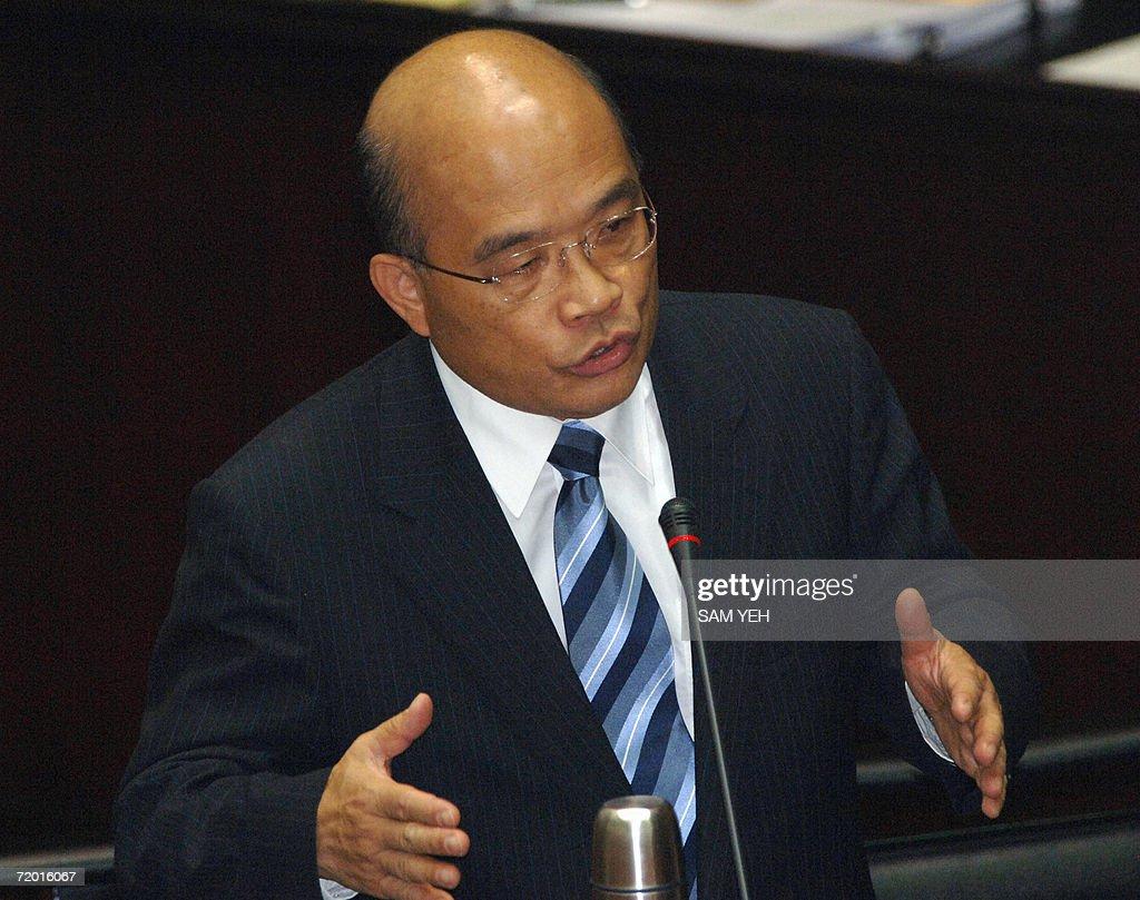 Taiwanese Premier Su Tseng-chang gesture : News Photo