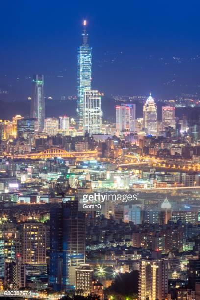 taipei world trade center e o taipei 101, no distrito de negócios de xinyi - inclinando se - fotografias e filmes do acervo