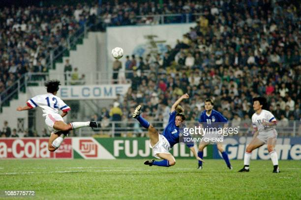 Taipei's Lan LanFen and Italy's Silvia Fiorini both fly for the ball during the group C second match on November 17 1991 at the Jiangmen stadium at...