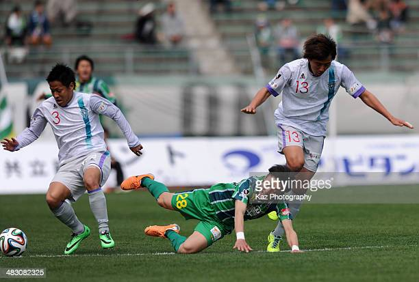 Taisuke Mizuno of FC Gifu is tackled by Takumi Abe and Park Gon of Avispa Fukuoka during the JLeague second division match between FC Gifu and Avispa...