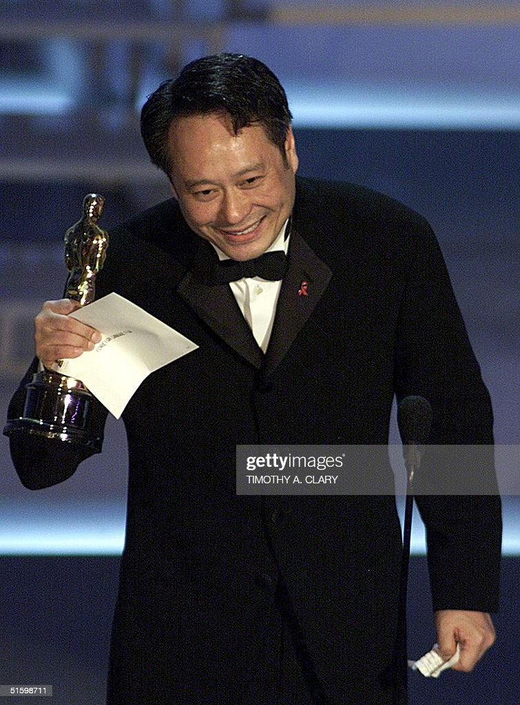 Taiwanese director Ang Lee holds his Oscar for Bes : News Photo