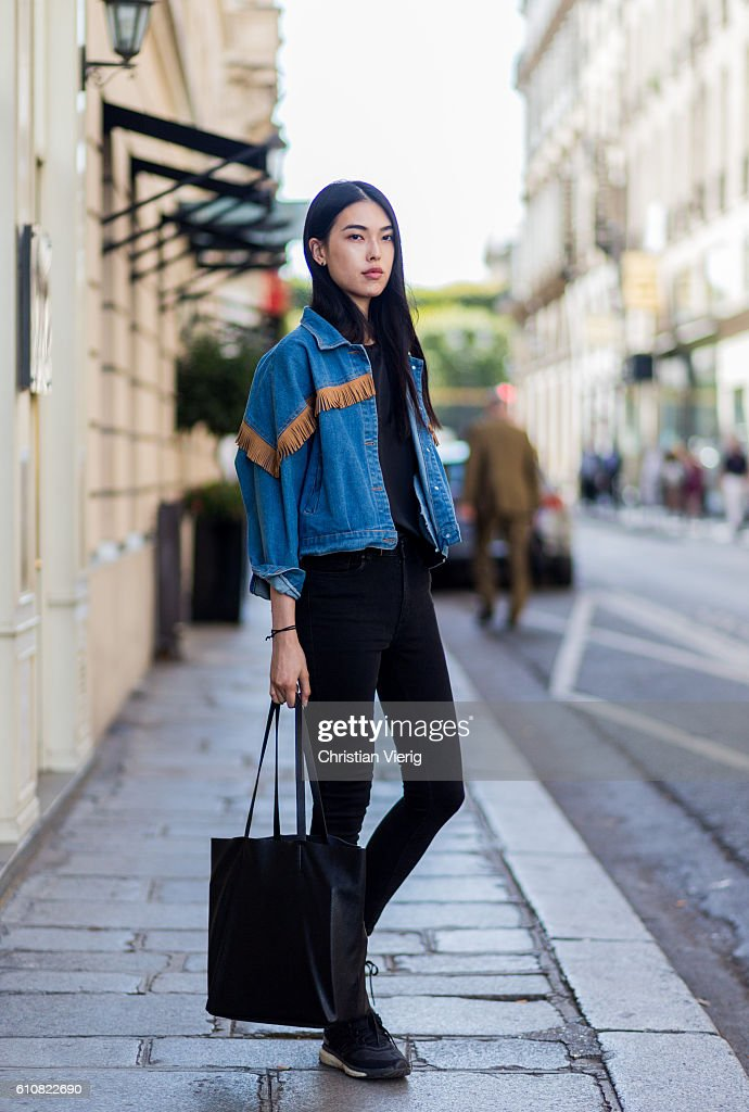 Street Style : Day One Paris Fashion Week Spring/Summer 2017 : News Photo