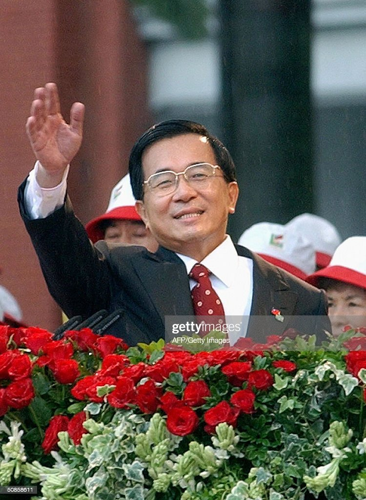 Taiwanese President Chen Shui-bian gestures to the audience during the inauguration ceremony, 20 May 2004, in front of the Presidential Building in Taipei. Chen has promised to clear up misunderstandings with rival China in the inauguration speech, after Beijing issued new threats to attack the island.