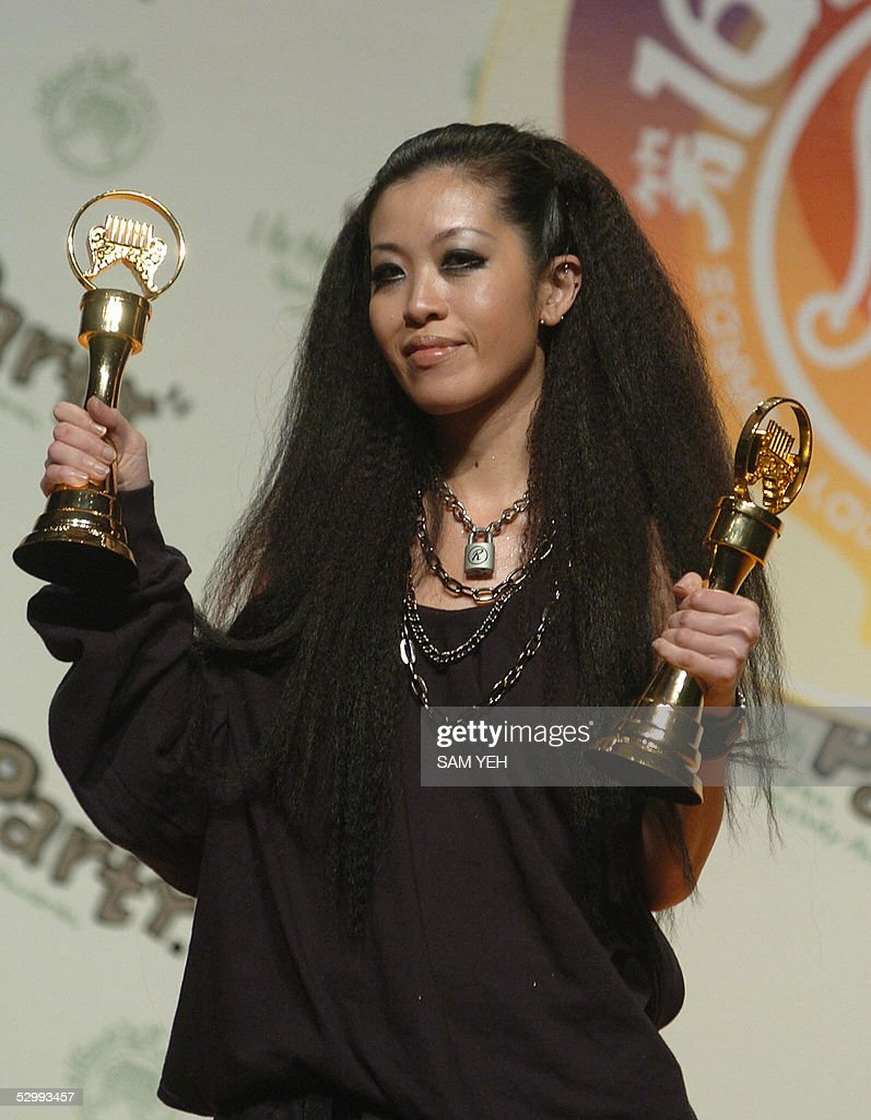 Taiwanese singer Sandee Chan holds her t : News Photo
