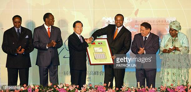 Taiwan's President Chen Shuibian presents memorial stamps to Swazi King Mswati III while four leaders from African states applaude during a oneday...