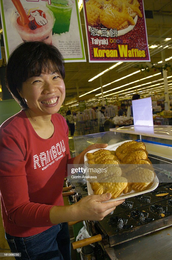 (ga) FDASIAN--AURORA, COLORADO, MAY 4, 2007-- Taiyaki waffles come out of the heated irons crispy on the outside and warm and soft on the inside at Eunjoo Park's <cq> taiyaki and smoothie stand at the HMart in Aurora for a Food centerpiece on Asian street : ニュース写真