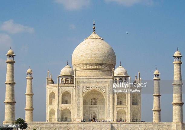 taj mahal against sky - taj mahal stock photos and pictures