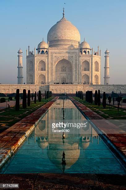 Taj Mahal et son reflet dans la piscine