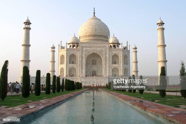 taj mahal and persian gardens, agra, india - argenberg fotografías e imágenes de stock