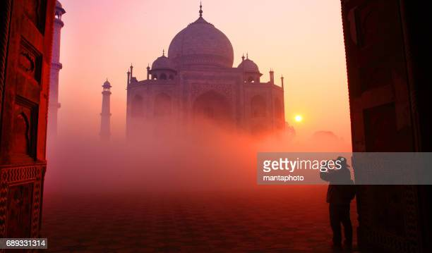 taj mahal at sunrise - taj mahal stock pictures, royalty-free photos & images