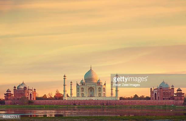 taj mahal at sunset - taj mahal stock pictures, royalty-free photos & images